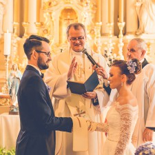 młoda para w kościele obrączki przysięga