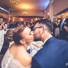 młoda para na weselu buziaki