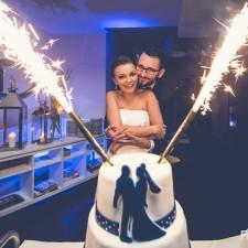 tort ślubny młoda para z tortem