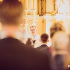 ksiądz w czasie mszy zaślubinowej
