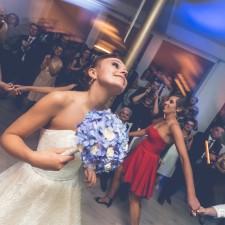 oczeipny tańce szalone wesele Panna młoda rzuca bukiet