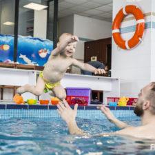 fotografia dzieci zdjęcie dzieci na basenie fregata poznań dzieci w wodzie dzieci na basenie niemowlaki teżpływają nurkujące niemowlaki basen dla dzieci fotograf poznań flash group szymon siejakowski